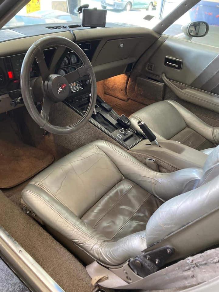Corvette C3 Vue intérieur contrôlée au Votre centre de contrôle technique automobile, camping cars et utilitaires jusqu'à 3.5 T situé dans le centre d'Angers rue Volney. Déposez votre véhicule dans notre parking couvert, rencontrez nos 4 contrôleurs souriants qui vous accueillent depuis plus de dix ans avec ou sans rendez-vous.