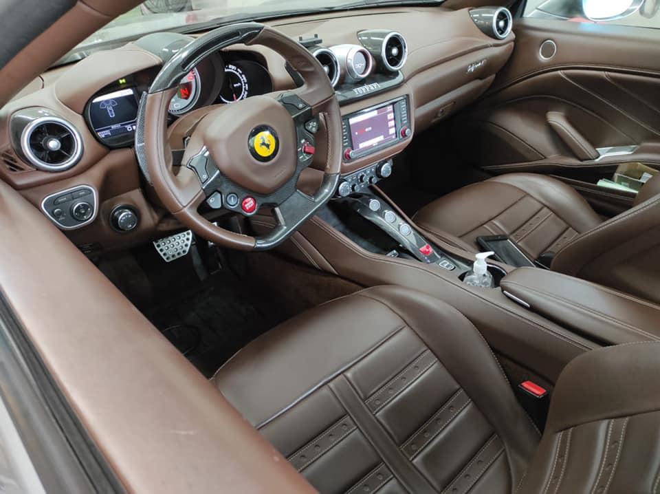 Ferrari California 2015 Vue intérieur contrôlée au Votre centre de contrôle technique automobile, camping cars et utilitaires jusqu'à 3.5 T situé dans le centre d'Angers rue Volney. Déposez votre véhicule dans notre parking couvert, rencontrez nos 4 contrôleurs souriants qui vous accueillent depuis plus de dix ans avec ou sans rendez-vous.