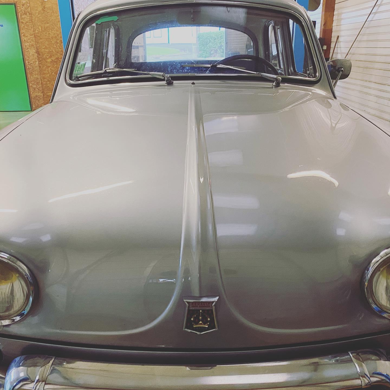 Dauphine 1961 Vue de face contrôlée au Contrôle technique automobile, contrôle technique camping cars et contrôle technique utilitaires jusqu'à 3.5 T à Montjean-sur-Loire