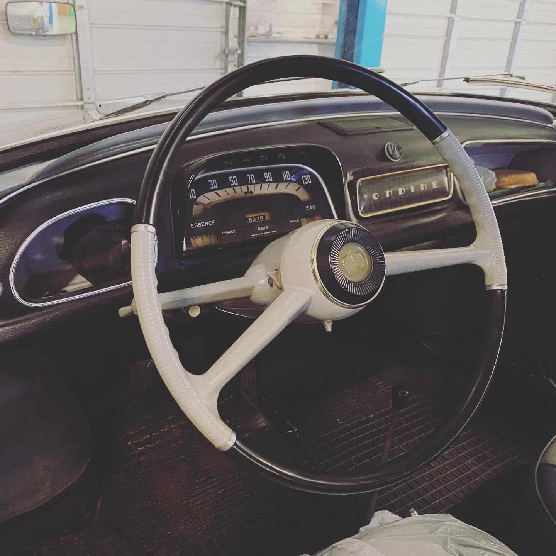 Dauphine 1961 Vue d'intérieur contrôlée au Contrôle technique automobile, contrôle technique camping cars et contrôle technique utilitaires jusqu'à 3.5 T à Montjean-sur-Loire