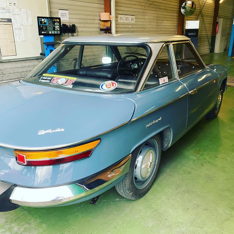 Panhard 24 Vue de côté arrière droit contrôlée au Contrôle technique automobile, contrôle technique camping cars et contrôle technique utilitaires jusqu'à 3.5 T à Montjean-sur-Loire