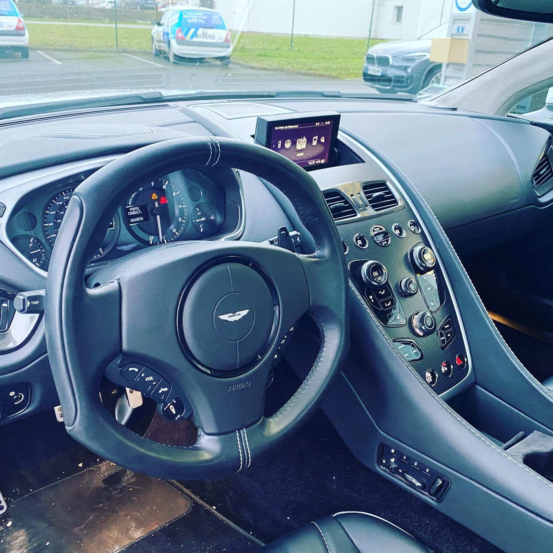 Aston Martin Vanquish Vue intérieur contrôlée au Votre centre de contrôle technique automobile, camping cars et utilitaires jusqu'à 3.5 T situé dans le centre d'Angers rue Volney. Déposez votre véhicule dans notre parking couvert, rencontrez nos 4 contrôleurs souriants qui vous accueillent depuis plus de dix ans avec ou sans rendez-vous.